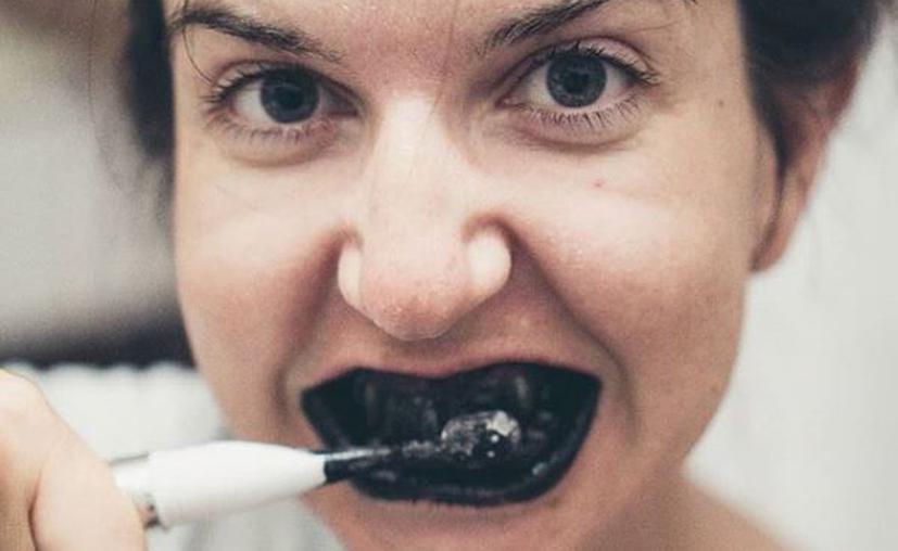 funciona-el-carbon-para-blanquear-dientes-o-solo-moda